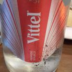 La bouteille d'eau.