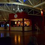 lobby con sillones, mesa de pool y pin pong. esa escalera baja hacia las habitaciones