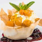 Tulipán de pasta fillo con helado y crema en salsa de mortiño y uchuvas