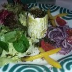 Vorspeise Traunkirchner Schafkäse mit Blattsalat, Zwiebel und Kürbiskernöl