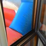 Castillo inflable justo pegado a la ventana de nuestra habitacion
