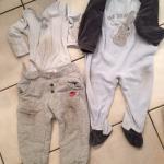 Vêtements de mon fils 5 minutes après avoir rampé sur le sol du séjour (à notre arrivée)