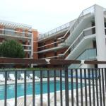 Vue extérieure sur la piscine et la résidence