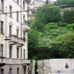 вид с балкона: конец улицы Локателли (направо - станция фуникулера и остановка автобуса в аэропо