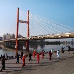 早朝の臨江門大橋と像
