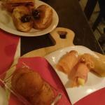 Montaditos (crostini), croquetas de papas (crocchette) e involtini di salmone misti