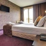 Deluxe Room with King-size bed and ensuite bathroom with bathtub at BudaPest Hotel Sofia