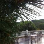 Gotas de lluvia de mayo sobre la terraza del hotel