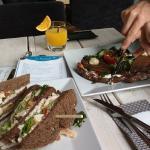 Heerlijke lunchen; tosti zalm en een clubsandwich kip.