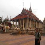 Photo de White Elephant Pagoda (Wat Tahm-rai-saw)