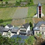 Blick auf das Hotel (links, gelbliche Gebäude) von der Kapelle aus gesehen