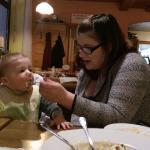 Unser Sohn hat da mit Mama Kartoffel-Knödel mit Specksoße gegessen.