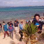 Visitatori sulla spiaggia dell'Oasi durante la visita guidata gratuita