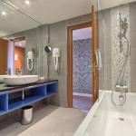 Timhotel Opera Blanche Fontaine - Junior Suite Bathroom / Suite Junior Salle de bains