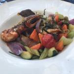 Tartare de saumon. Mixed grill de la mer