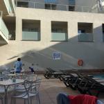 piscina y mesas cafeteria