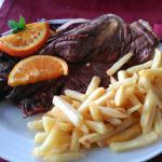 Excelente carne bem grelhada em carvão