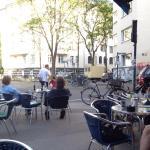 Schön draußen vorm Cafe sitzen bei sonnigem Wetter.