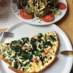 Lecker Salat und Lachs Spinat Pizza mit Sahnesoße, klingt ungewöhnlich schmeckt sehr lecker