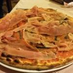 Pizza con melanzane fritte e prosciutto crudo