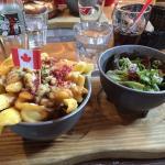 Poutine et salade