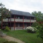 Vue du bâtiment des chambres et du jardin