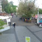 Вид с террасы на дорогу/пешеходную часть вдоль моря. Видел курсирует миниавтобус Аркадия - Ланже