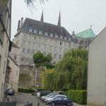 façade de l hostellerie st Yves (bâtiment au fond sur la photo)