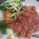 Rosbief van tonijn en spareribs met gepofte aardappel