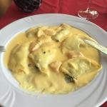 Ich bestellte Ravioli mit Lachs und bekam das Werk (siehe Foto). Etwas lieblos, erschlagen unter