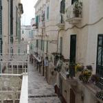 Dal balcone la graziosa strada del centro storico