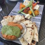 hummus with pita and vegtables