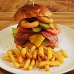 Hacemos las mejores hamburguesas ARTESANAS de Madrid, lugar muy relajante con plantas naturales