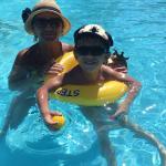 Relaxando na piscina do hotel