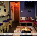 MAO Hostel - Área de convivência com TV e equipamento de som