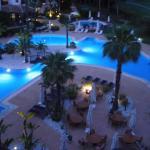 Blick von der Terrasse auf den schön beleuchteten Pool