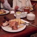 el pollo a la brasa estaba agradable, el personal fue muy atento el mate de coca excelente