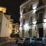 """L' hôtel côté rue """" la place """""""