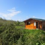 The eco cabin with a toilet, a fire place and 6 clean beds inside.