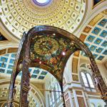 les dômes du sanctuaire et boiseries au-dessus du maître-autel