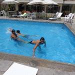 Aquí jugando en la piscina