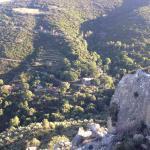 Ausblick auf das Bergdorf beim Wandern