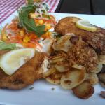 Duett von Knusperschnitzel und Cordon Bleu mit Bratkartoffeln und Salat
