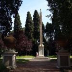 obelisco nel parco