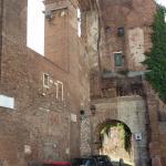resti delle mura romane e della porta attraverso cui si giunge alla chiesa di S. Giovanni ePaolo