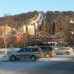 Hotelanlage auf der Zufahrt mit Skischanze im Hintergrund