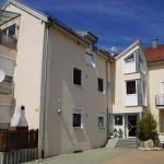 Apartmenthaus mit Carport