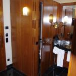Eingangsbreich mit offenem Bad; am Linken Rand ist die Tür zum Hotelzimmer