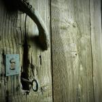 Puerta centenaria que da acceso al lagar