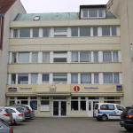 Li: Haupthaus,Mi: FEWO und Fahrradverleih mit Schwimmbad re.Nebengebäude ohne Wlanempfang